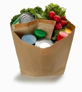 Bolsas en el super. Los consumidores prefieren el papel al plástico