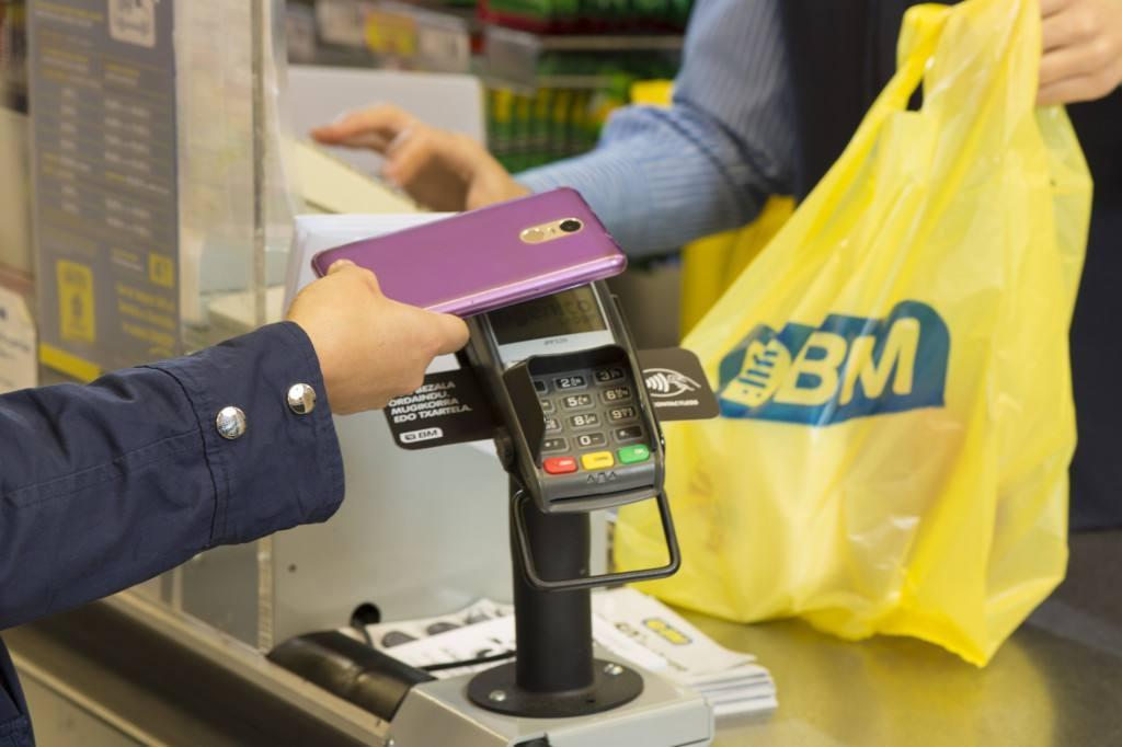 BM Supermercados, del grupo Uvesco, introduce elpago móvil sin contacto