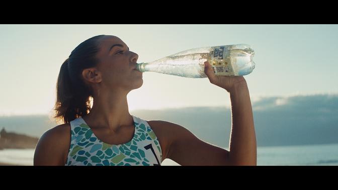 La nueva botella de Vichy Catalán, con el voley playa