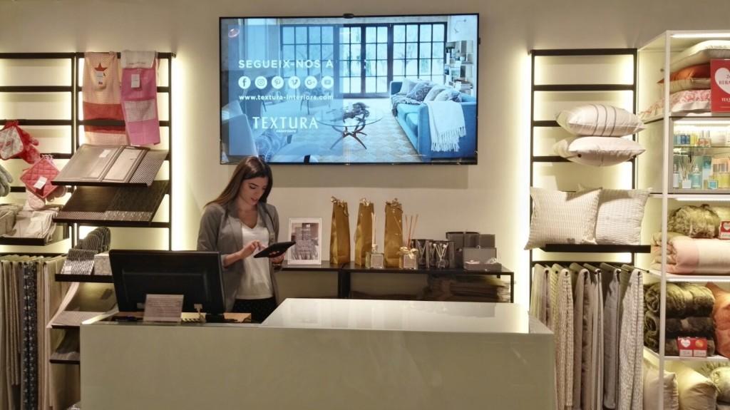 Textura avanza en digitalización, con cartelería digital 3.0 de Beabloo