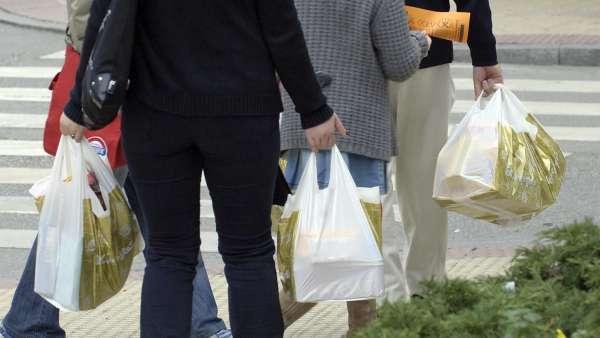 Retraso en la entrada en vigor del cobro de las bolsas de plástico en el comercio