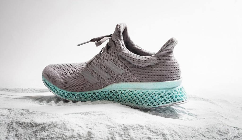 Adidas vendió en 2017, un millón de zapatillas de plástico marino reciclado