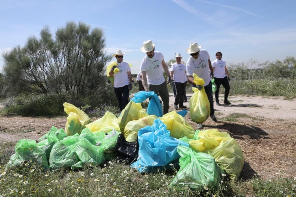 Los empleados de L'Oreal, limpian Madrid en el Citizen Day