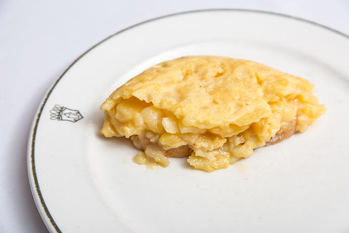 La clásica tortilla de patatas sigue en la lista nacional de los pedidos preferidos, destacando el restaurante José Luis (Calle de Serrano, 89, Madrid).