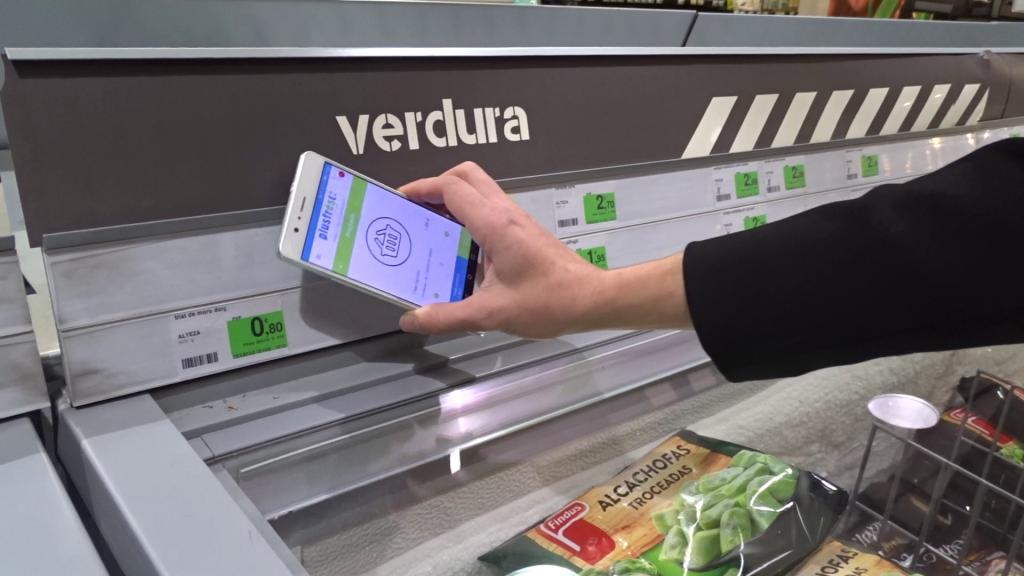 Plusfresc testea con tecnología NFC, su primer supermercado sin carros ni cajas