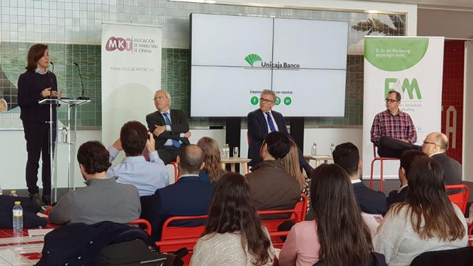 A la izquierda, Antonio Tena, CRM y Data Analytics Manager de Quantic Solution, durante la presentación de 'La tienda del futuro'.