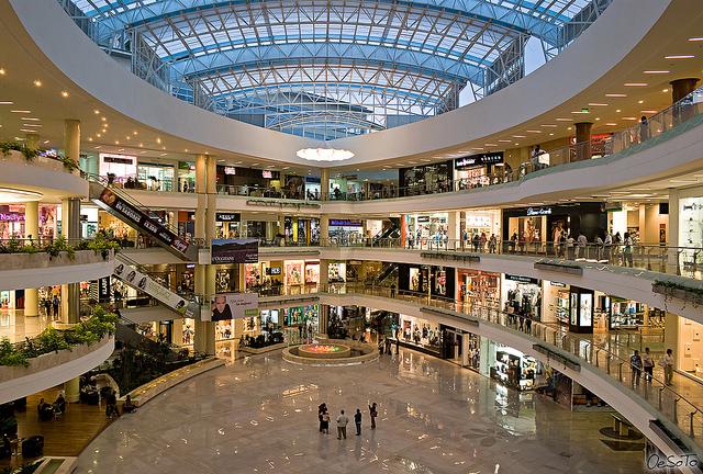 Centros comerciales. Más visitantes y ventas, menor inversión