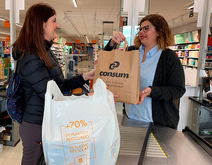 Consum reduce un 80% el plástico con sus nuevas bolsas recicladas