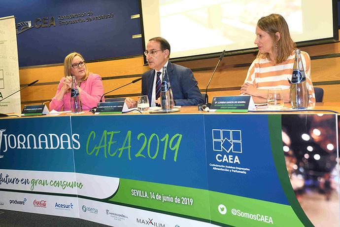 De izquierda a derecha: Virginia González Lucena, presidenta de CAEA; Javier González de Lara y Sarria, presidente de la CEA; Lorena García de Izarra, viceconsejera de Economía, Conocimiento, Empresas y Universidad de la Junta de Andalucía