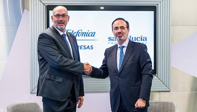 (De izquierda a derecha) El presidente de Telefónica España, Emilio Gayo, y el consejero director general de Santalucía, Andrés Romero.