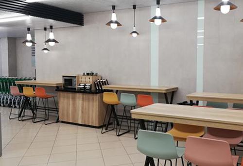 los supermercados están instalando máquinas de café así como neveras de autoservicio con bebidas frías.