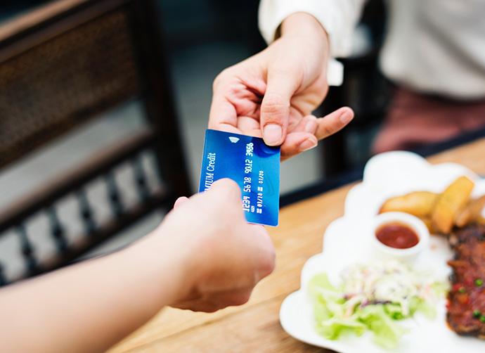 La banca lanzará en octubre su propia tarjeta de pago