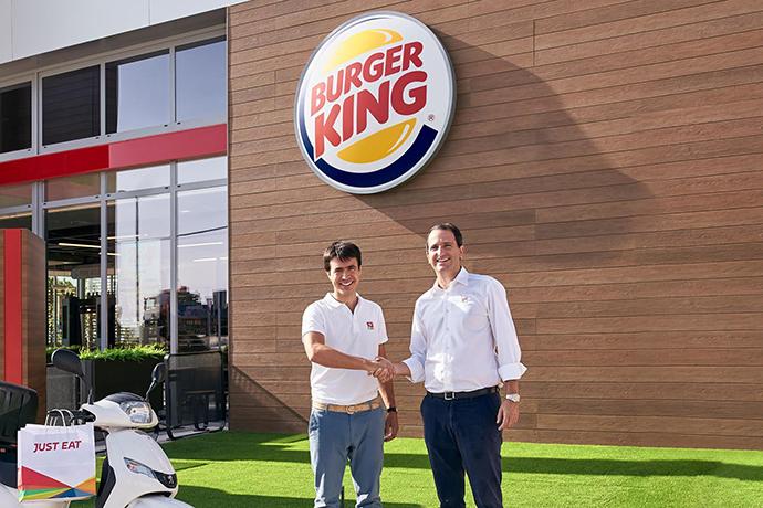 De izquierda a derecha: Patrik Bergareche, director general de Just Eat en España y Borja Hernándezde Alba, director general de Burger King España y Portugal.