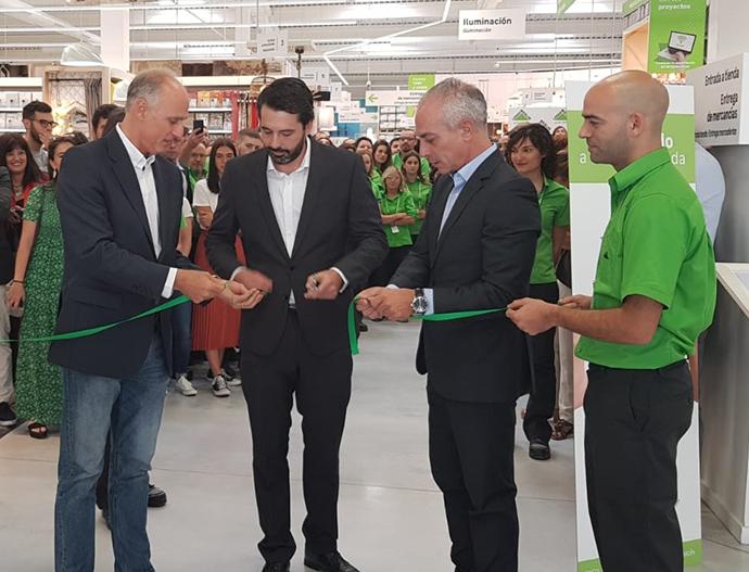 De izquierda a derecha: Ignacio Sánchez (director general de la compañía), Carlos Pozo (director de la tienda de Ourense) y José Ramón Abad (director regional zona noroeste).