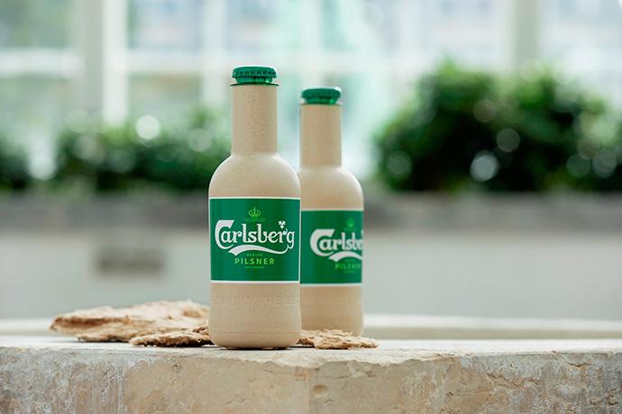 Carlsberg presenta dos botellas de papel diseñadas para contener cerveza