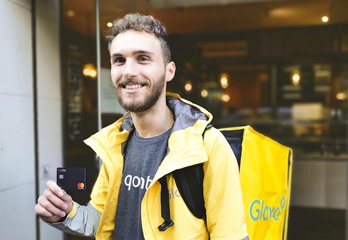 La app de pedidos a domicilio Glovo y el banco digital Qonto firman un acuerdo para ofrecer descuentos a usuarios, repartidores y partners