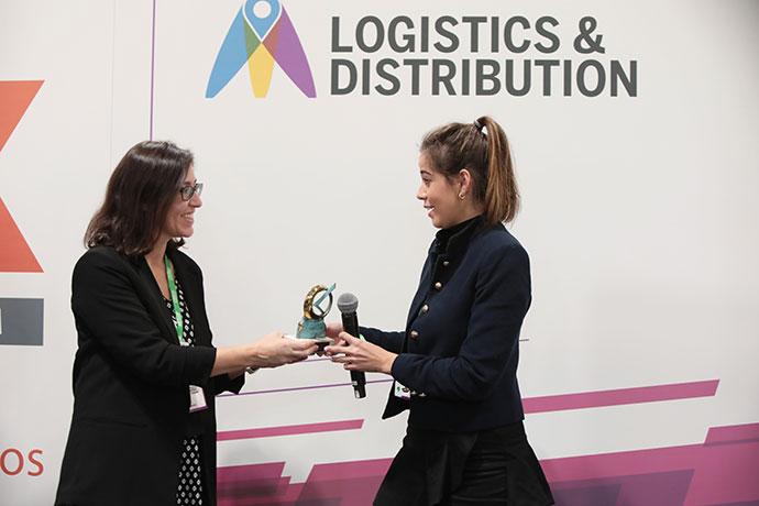 Raquel Carboneras, Directora de Logistics & Distribution, entregando el premio a la representante de Paymark Fast