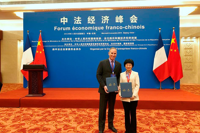 (De izq. a der) Gary Rosen, COO de Accor Greater China, y Angel Zhao, presidenta de Fliggy