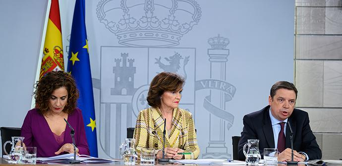 De izquierda a derecha: La ministra Hacienda y portavoz de Gobierno, María Jesús Montero; la vicepresidenta, Carmen Calvo; y el ministro de Agricultura, Luis Planas.