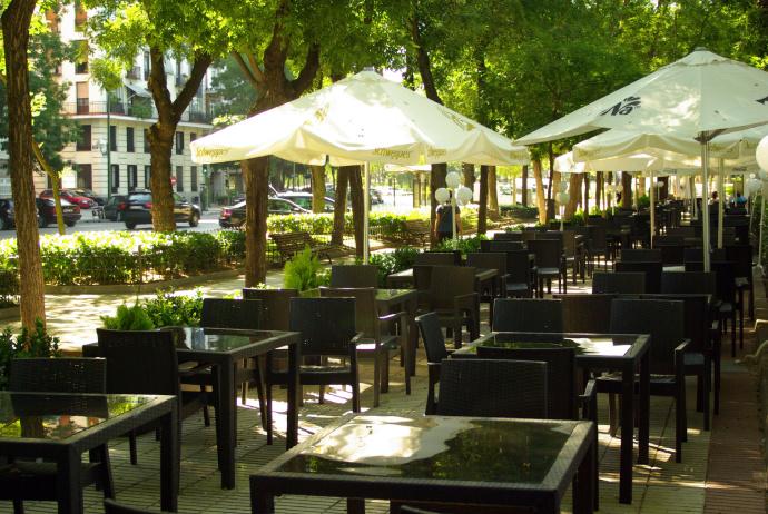 La Comunidad de Madrid ordena el cierre de restaurantes, bares y tiendas no alimentarias