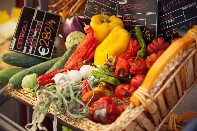 Los hogares moderan la compra de alimentos y continúan su apuesta por los frescos