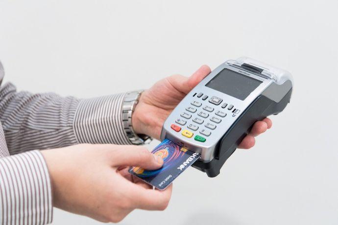 Por primera vez el pago con tarjeta adelanta al efectivo a la hora de hacer la compra