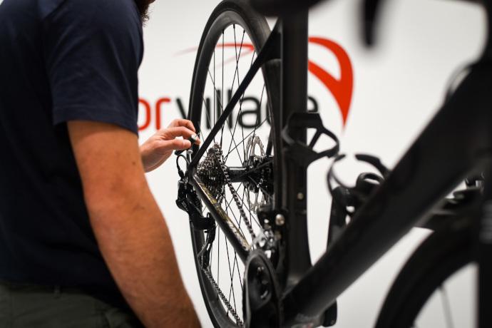 Deporvillage abre un taller de montaje de bicicletas en su centro de Manresa