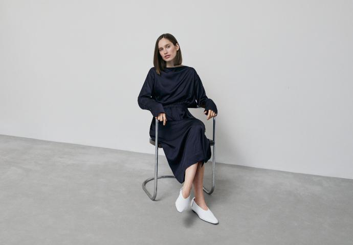 Modelo con ropa de la marca de lujo Lukasz Pukowiec.