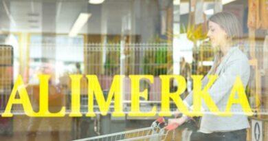 Alimerka pondrá en marcha una reducción de jornada de 1,5 horas diarias para el 11% de la plantilla en el Principado, que tendrá su aplicación en el personal de tiendas, y supone una reducción del 5% del total de la jornada. La empresa garantiza el cobro del 100% del salario y mantiene todos los empleos. La cadena de supermercados ha explicado que la decisión tiene «carácter temporal y es debida a las nuevas pautas adoptadas por la administración regional para hacer frente a la pandemia de Covid-19» en las que el cierre de los supermercados se adelanta a las 20 horas, tal como publicó el BOPA el pasado día 11 y que recoge que las mismas se extenderán hasta el próximo día 25. Salud de los trabajadoresAlimerka ha destacado que, desde el comienzo de la crisis, su máxima prioridad ha sido «la salud de las personas, garantizar al mismo tiempo la continuidad de la compañía preservando todos los empleos y asegurar el servicio esencial que presta a sus clientes». La compañía ha señalado que, desde el pasado mes de marzo, «ha reforzado su estructura interna con la contratación de nuevo personal y adoptado las medidas necesarias para preservar la salud de todos sus empleados». La cadena ha recordado asimismo que ha mantenido a 900 de ellos en situación de reserva -percibiendo su sueldo íntegro- durante dos meses, cuando fue necesario el cierre temporal de 26 supermercados. La empresa ha afirmado que las medidas de seguridad adoptadas desde el inicio por la pandemia, sumado a la paga extra de la plantilla «en agradecimiento al esfuerzo y trabajo» que han desempeñado en la crisis sanitaria, han supuesto un gasto de más de 11 millones de euros.